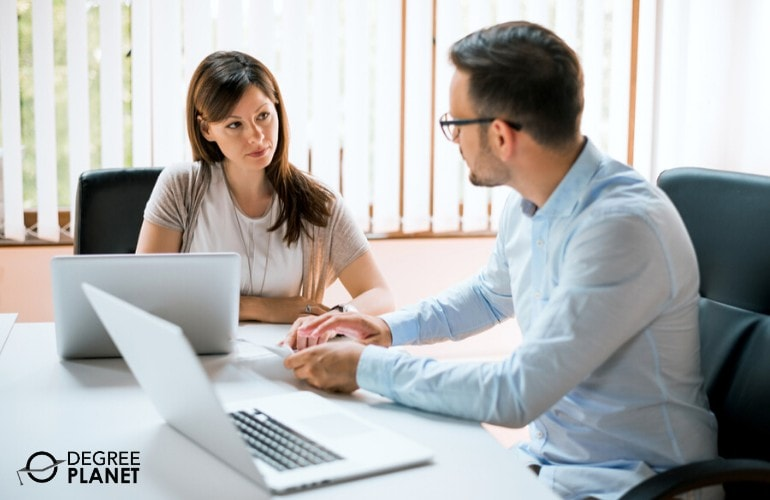 hr managers working together in making company policies