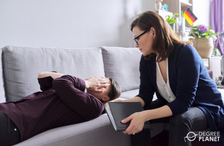 forensic psychologist with a patient